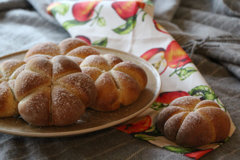 Græskarformede boller med græskar-æblefyld